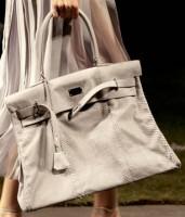 October 7, 2009.  Hermès.  Алена Долецкая (Vogue) в плиссированном платье.  PARIS.