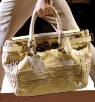 Сумки лето 2011 от Gucci - это нейтральные расцветки и изысканный декор.