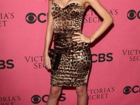 Miranda Kerr carrying a Stella McCartney Clutch (1)