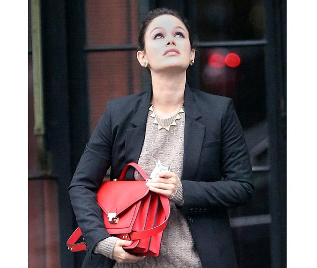 Rachel Bilson Leaves Her NYC Hotel On A Rainy Day.