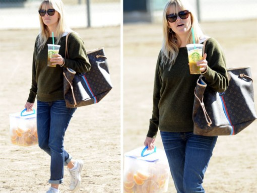 Reese Witherspoon carries Louis Vuitton