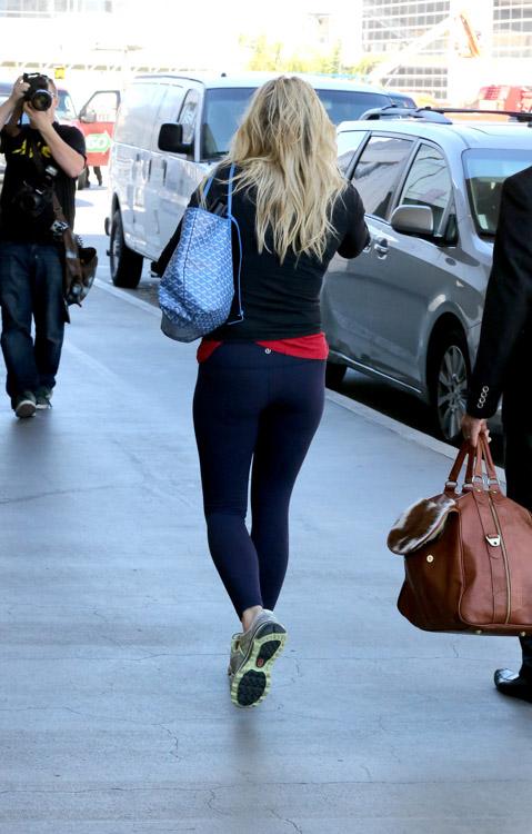 Chelsea Handler carries a Goyard St Louis Tote Blue-4