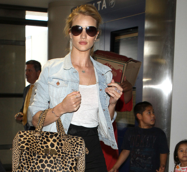 Rose Huntington-Whiteley carries a Mulberry Del Rey Animal Print Bag at the airport in Los Angeles (5)