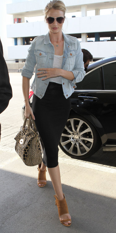 Rose Huntington-Whiteley carries a Mulberry Del Rey Animal Print Bag at the airport in Los Angeles (2)