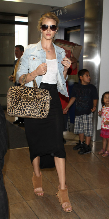 Rose Huntington-Whiteley carries a Mulberry Del Rey Animal Print Bag at the airport in Los Angeles (3)