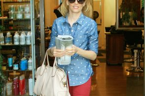 Elizabeth Banks spends a casual day at the salon with a Tod's bag