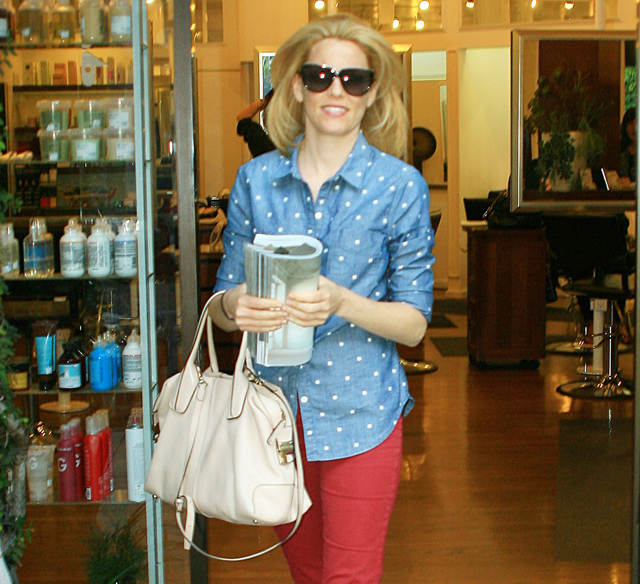 Elizabeth Banks carries a Tod's D-Styling Bag while leaving a hair salon in Beverly Hills (5)