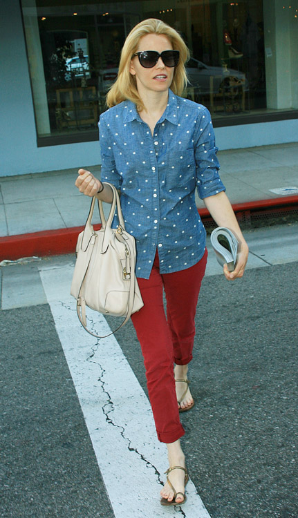 Elizabeth Banks carries a Tod's D-Styling Bag while leaving a hair salon in Beverly Hills (4)