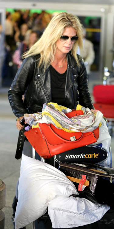 Rachel Hunter carries a red Celine Zipper Trapeze bag at the airport (2)