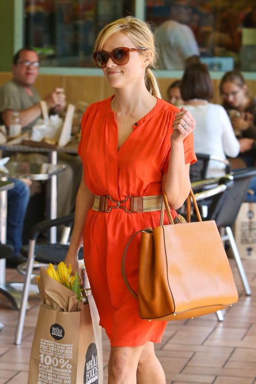 Reese Witherspoon carries a Fendi 2Jours Tote (3)