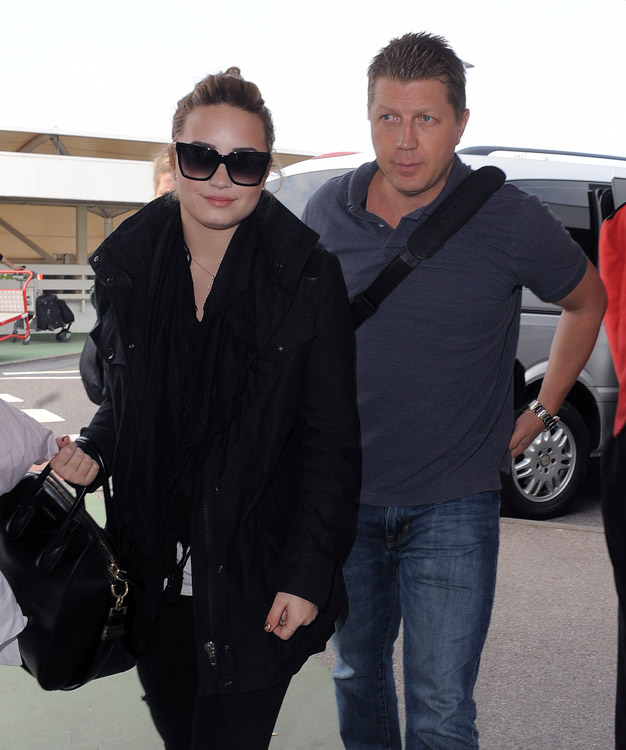 Demi Lovato carries a black Givenchy Antigona Bag in London (3)