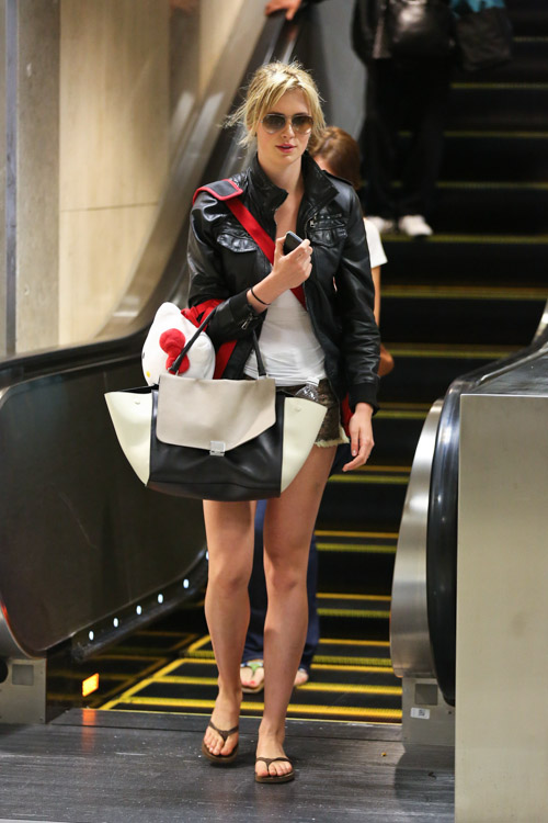 Ireland Baldwin carries a Celine Trapeze Tote at LAX (3)