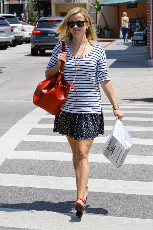 Reese Witherspoon carries a red Louis Vuitton Noe Bag in Los Angeles (3)