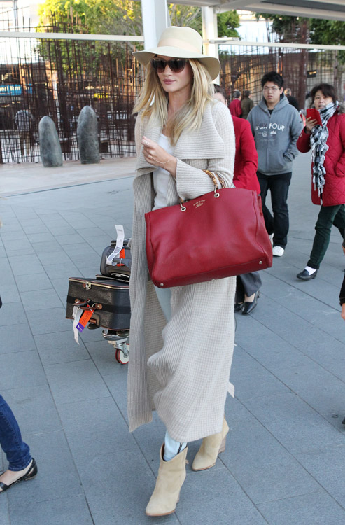 Rosie Huntington-Whiteley carries a Gucci Bamboo Shopper Tote at the airport in Sydney (4)