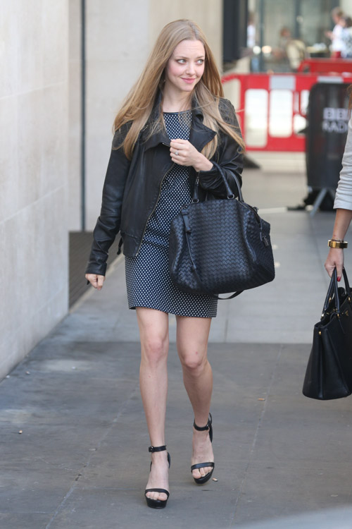 Amanda Seyfried carries a Bottega Veneta Intrecciato Nappa Bag in London (4)