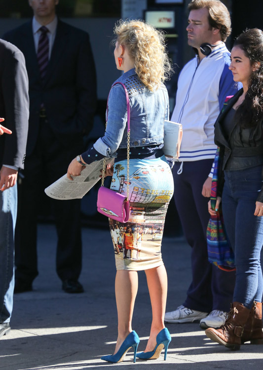 "AnnaSophia Robb carries a pink Diane von Furstenberg bag on set of ""The Carrie Diaries"". (4)"