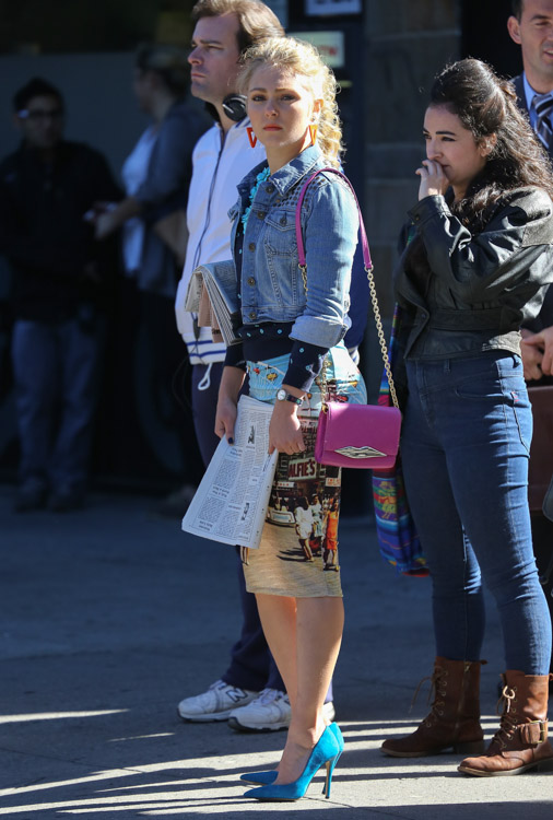 "AnnaSophia Robb carries a pink Diane von Furstenberg bag on set of ""The Carrie Diaries"". (2)"