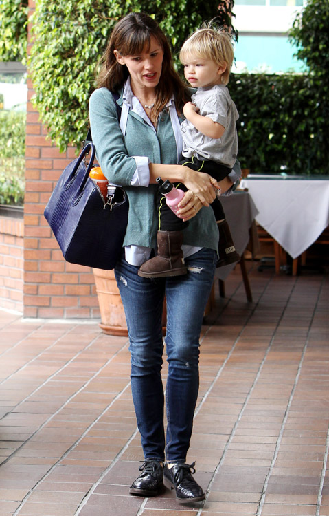 Jennifer Garner Givenchy Antigona Bag-4
