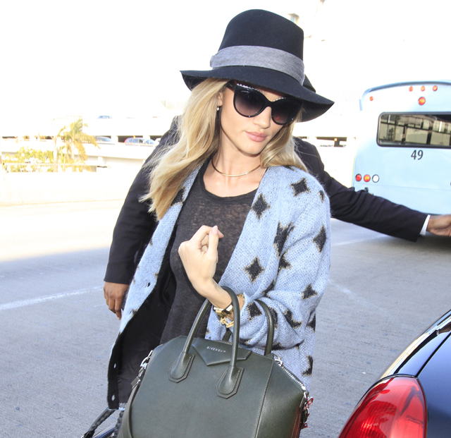 Rosie Huntington-Whiteley carries a green Givenchy bag (5)