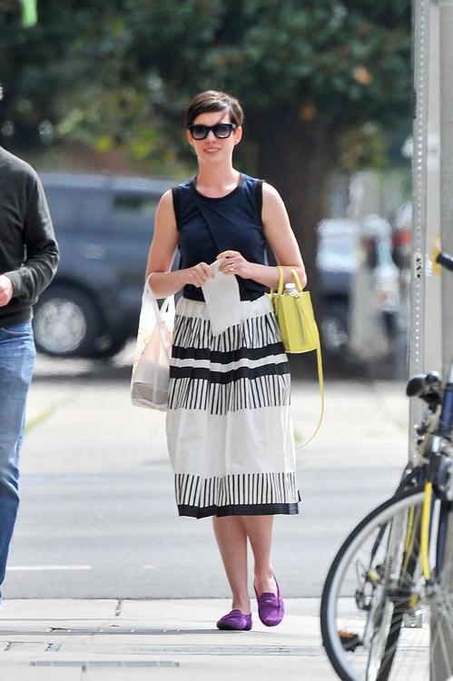 Anne Hathaway Balenciaga Papier A4 Mini Tote-1