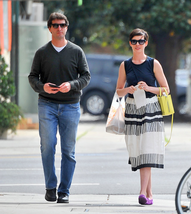 Anne Hathaway Balenciaga Papier A4 Mini Tote-2