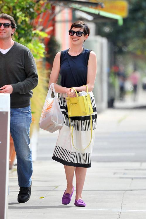 Anne Hathaway Balenciaga Papier A4 Mini Tote-4