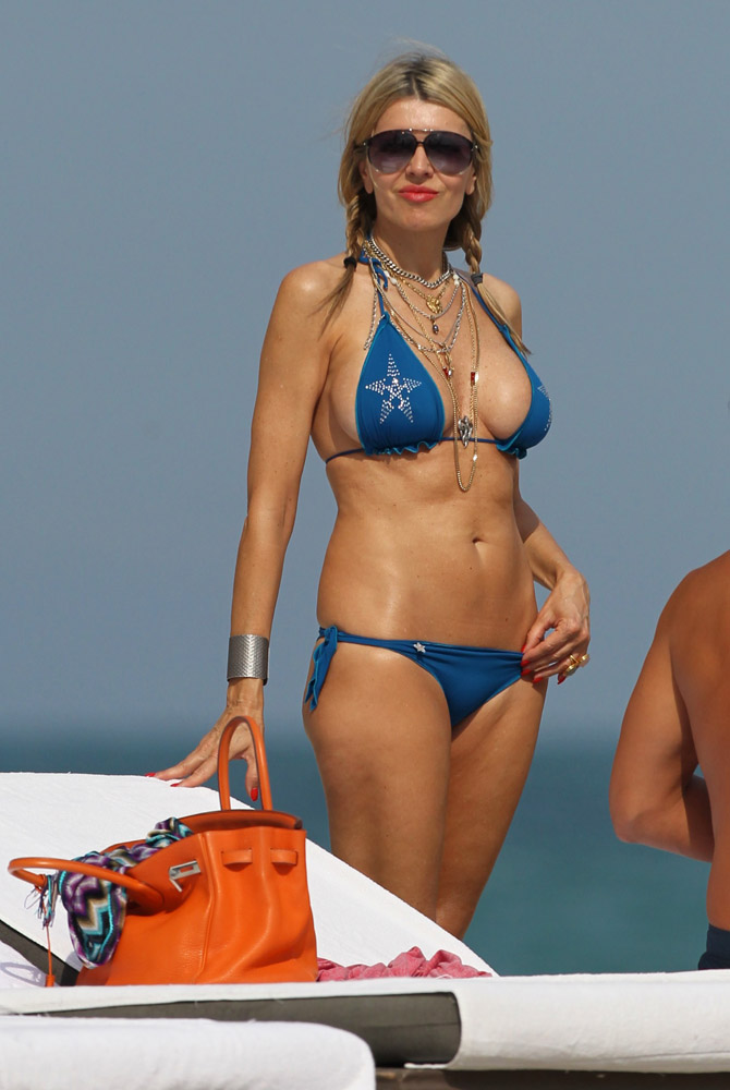 Check Out What Your Favorite Stars Carry to the Beach ...