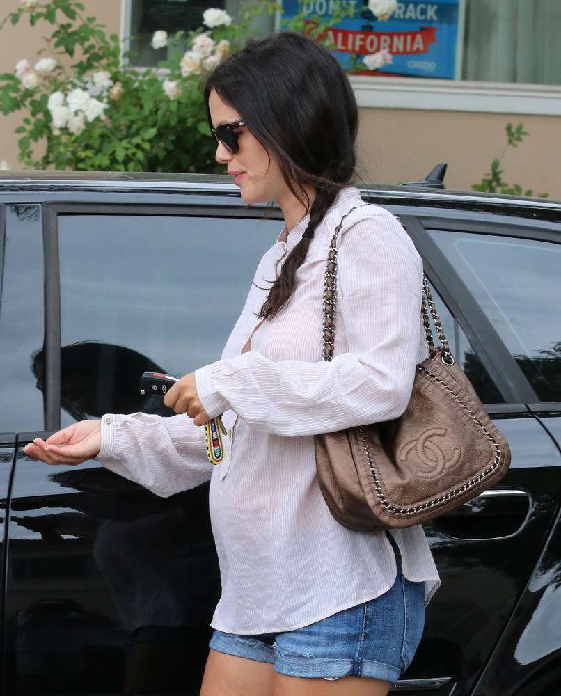 50 Celebrities Carrying Chanel BaGS-14