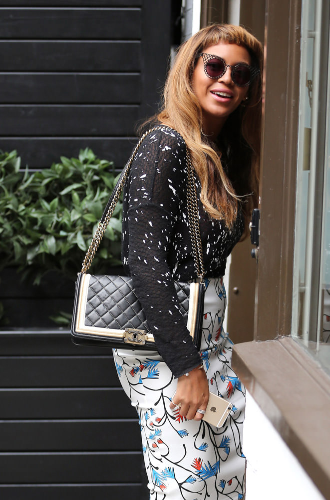 50 Celebrities Carrying Chanel BaGS-38