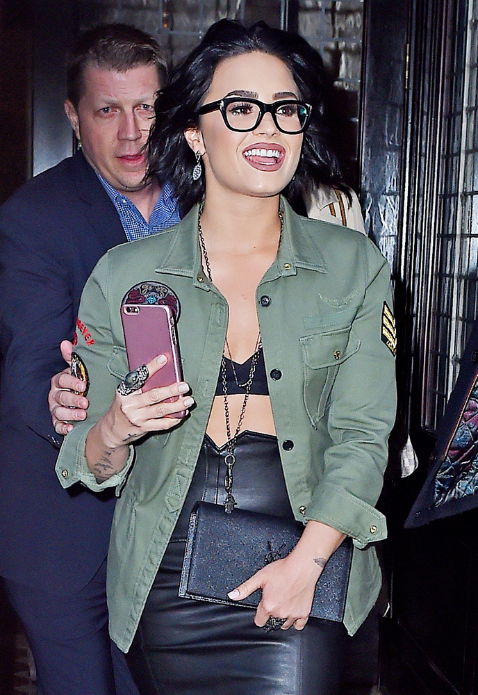 Demi-Lovato-Saint-Laurent-Belle-de-Jour-Clutch
