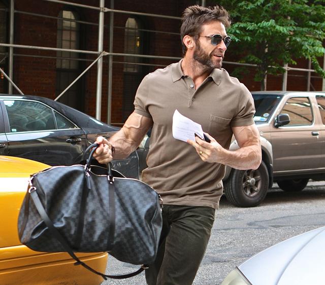 Hugh-Jackman-Louis-Vuitton-Damier-Graphite-Keepall-55-Bandouliere