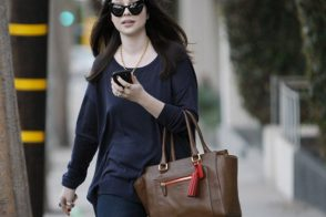 Michelle Trachtenberg is a Coach carrier once again
