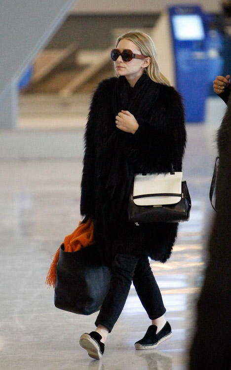 Ashley Olsen carries a new bicolor bag from The Row in Paris (3)