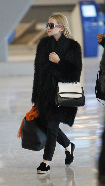 Ashley Olsen carries a new bicolor bag from The Row in Paris (2)