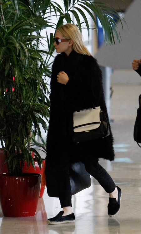 Ashley Olsen carries a new bicolor bag from The Row in Paris (1)