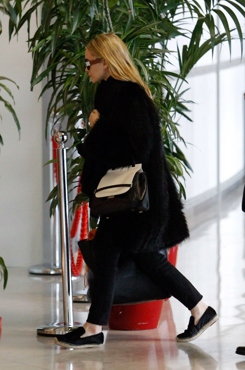 Ashley Olsen carries a new bicolor bag from The Row in Paris (4)