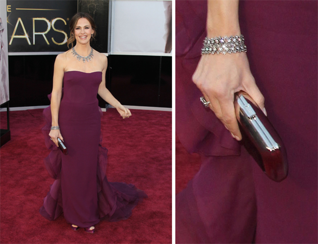 Jennifer Garner carries a Roger Vivier Clutch to the 2013 Academy Awards