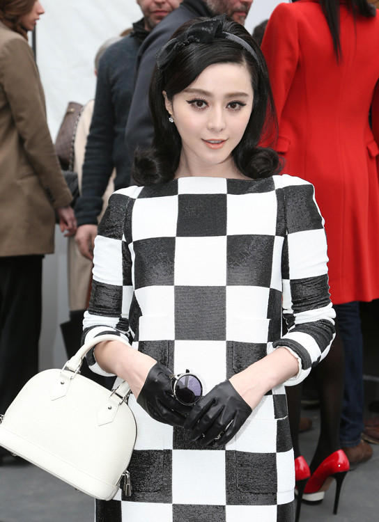Celebrities and their bags at Paris Fashion Week (11)