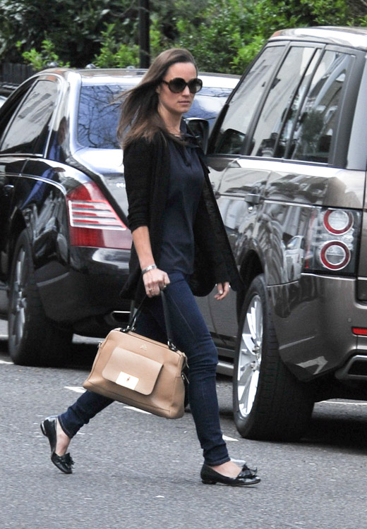 Pippa Middleton carries a tan leather satchel mystery bag (1)