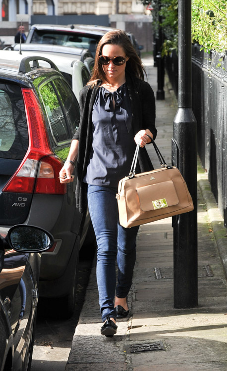 Pippa Middleton carries a tan leather satchel mystery bag (3)
