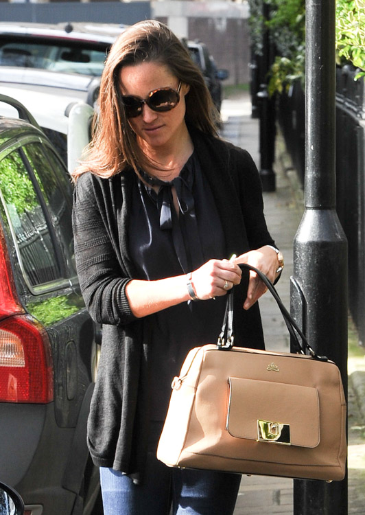Pippa Middleton carries a tan leather satchel mystery bag (2)