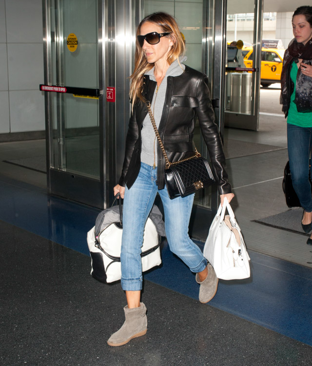 Sarah Jessica Parker carries bags from Chanel and Rochas, plus Louis Vuitton luggage, at the airport in NYC (3)
