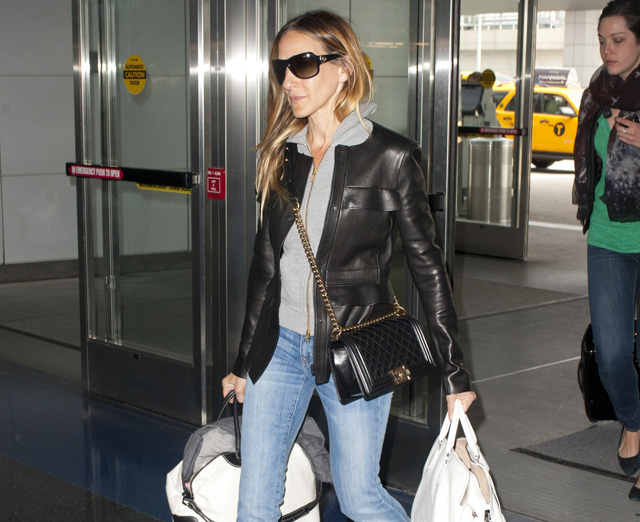 Sarah Jessica Parker carries bags from Chanel and Rochas, plus Louis Vuitton luggage, at the airport in NYC (5)