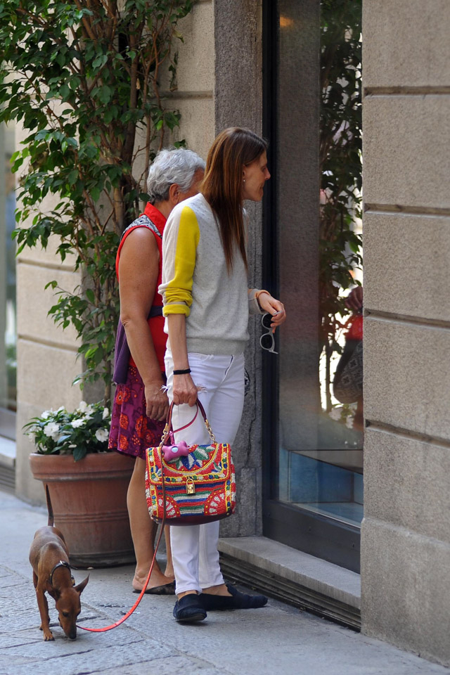 Anna Dello Russo carries a Dolce   Gabbana Miss Dolce Woven Raffia Bag  while walking her dog in Milan (1) 1f1f826905496