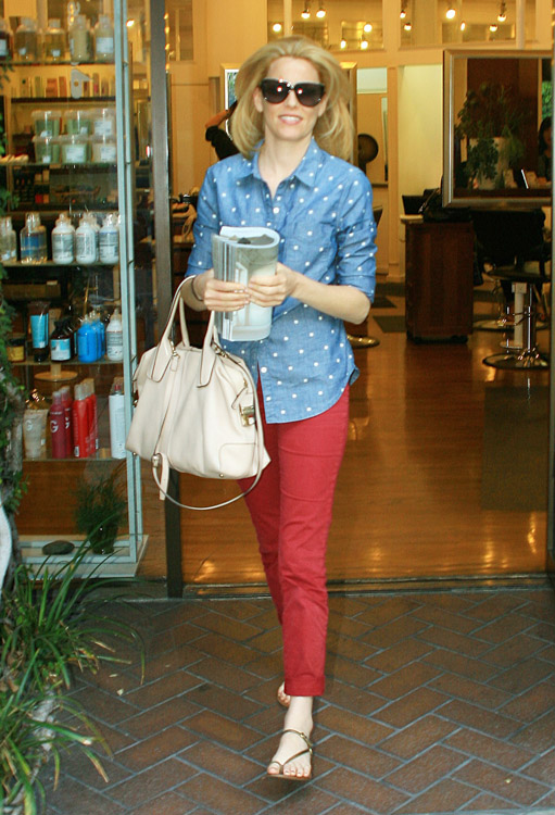 Elizabeth Banks carries a Tod's D-Styling Bag while leaving a hair salon in Beverly Hills (1)