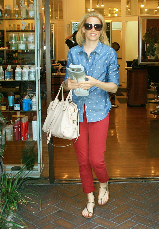 Elizabeth Banks carries a Tod's D-Styling Bag while leaving a hair salon in Beverly Hills (3)
