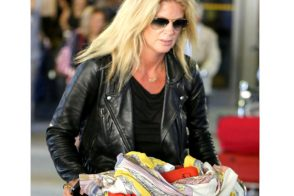 Rachel Hunter carries a red Celine Zipper Trapeze bag at the airport (5)