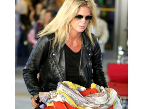 876190459271 Rachel Hunter carries a red Celine Zipper Trapeze bag at the airport (5)