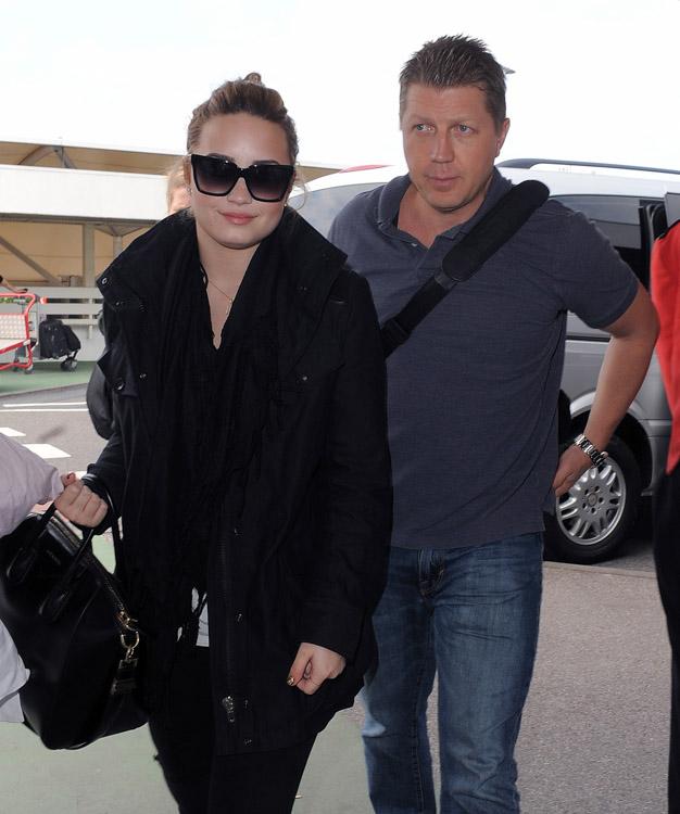 Demi Lovato carries a black Givenchy Antigona Bag in London (3)