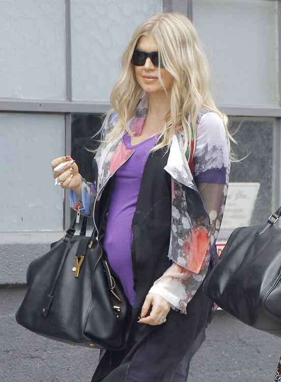 Fergie carries a black Saint Laurent Ligne Y Tote (4)